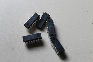 Schaltkreis D100 D - NAND Gatter mit 2 Eingängen